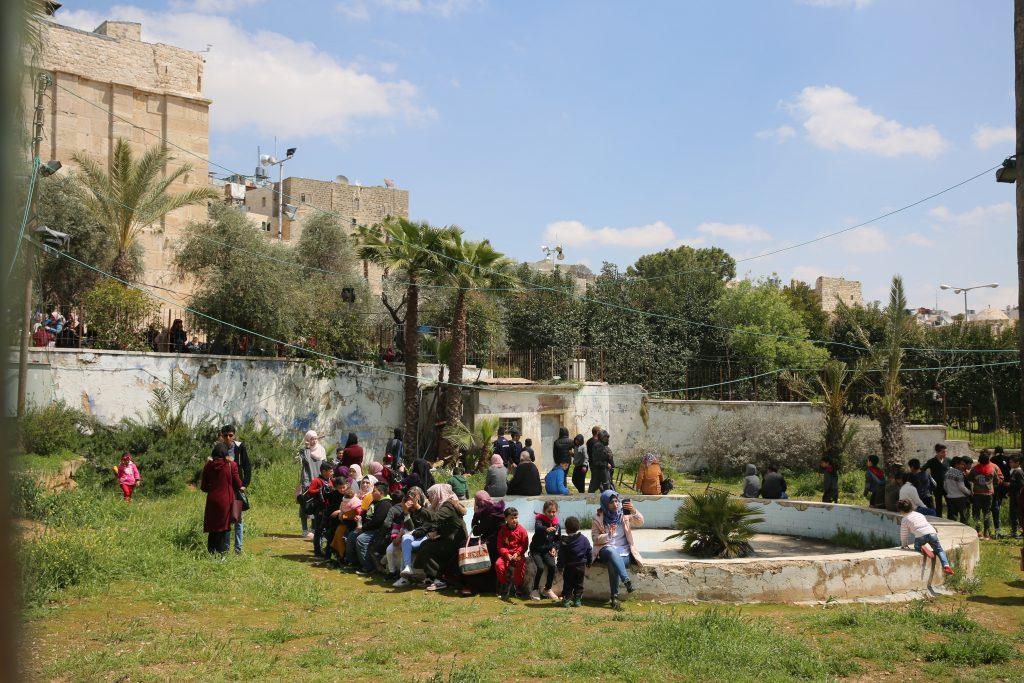 Op de foto: de opengestelde tuinen van de Ibrahimi moskee