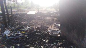 de verbrande resten van de woning in Las Pavas