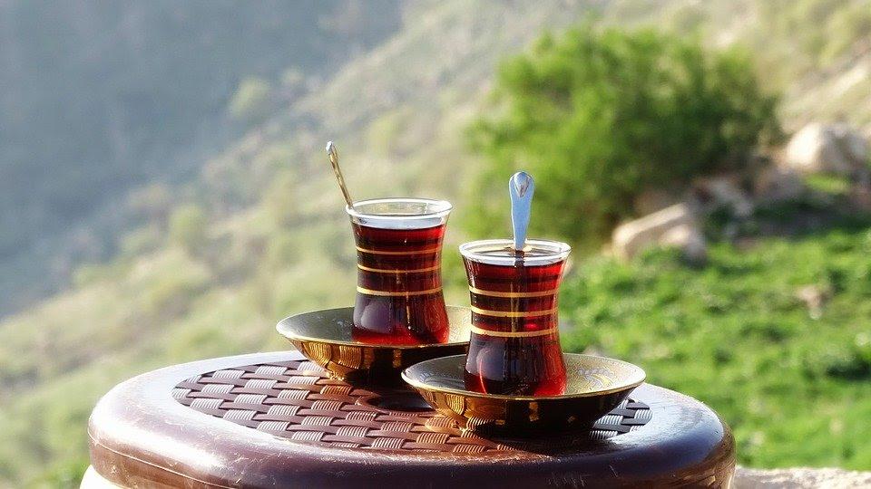 Een afbeelding van twee (istikan)kopjes  thee